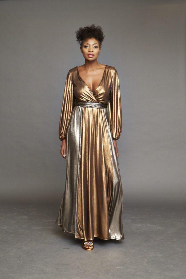 Fließendes Kleid mit tiefem Ausschnitt