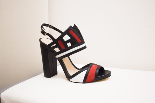 Sandaletten mit breitem Absatz – Abstraktem Riemchen