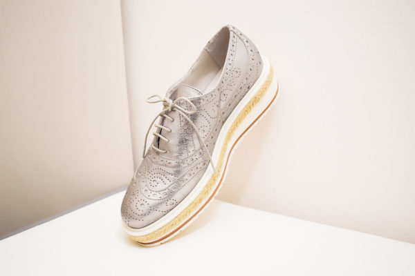 Spitze Schnür-Sneaker aus Leder