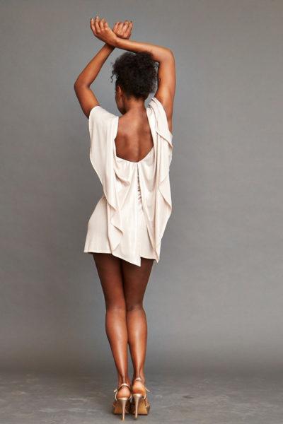 Kurzes Kleid mit Cape